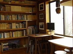 休憩室(板の間) 山の本がたくさんあります ゆっくりお読みください
